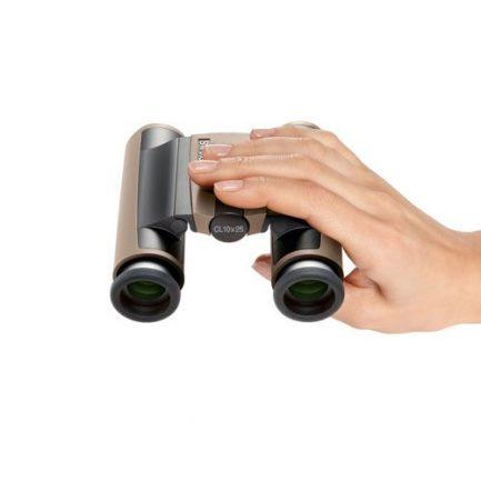 نمای در دست گرفتن دوربین دوچشمی جیبی زاواروسکی Swarovski CL Pocket 10x25