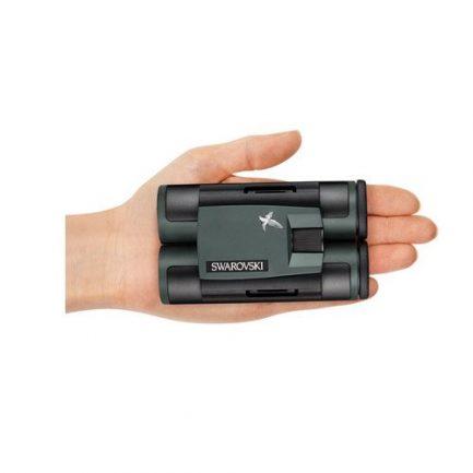 ابعاد کوچک دوربین دوچشمی زاواروسکی CL Pocket 8x25 در کف یک دست
