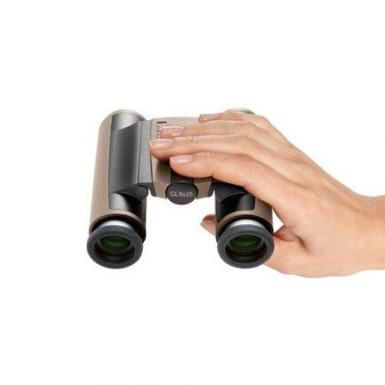 در دست قرار گرفتن دوربین دوچشمی زاواروسکی CL Pocket 8x25