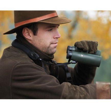 در دست گرفتن دوربین دوچشمی کاربردی زاواروسکی مدل Swarovski SLC 8x42 HD