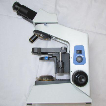 نمای بغل در حال اسمبل نمودن لنزهای میکروسکوپ بیولوژی 1600 برابر حرفه ای طرح المپیوس CX21