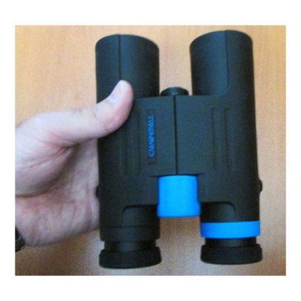 نمایی از دست گرفتن دوربین شکاری تریبورد مدل B Tribord 500 W 10X42
