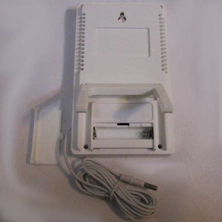 نمای پشت دماسنج و رطوبت سنج دیجیتال سه خانه دارای سنسور خارجی مدل KT905