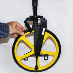 مقایسه ابعاد چرخ متر چرخدار لایفکین در مقابل دست انسان