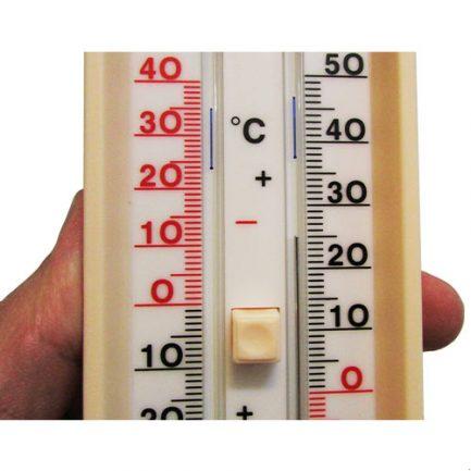 مشاهده شاخص ها و درجات از نمای نزدیک در دماسنج ماکزیمم مینیمم کلید دار آنالوگ