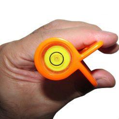 نمایی نزدیک از حباب تراز نبشی آلمانی کائوچویی نارنجی رنگ