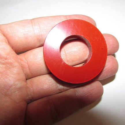سایز آهنربای حلقه ای شکل با قطر 4.5 سانتیمتر و رنگ قرمز روشن
