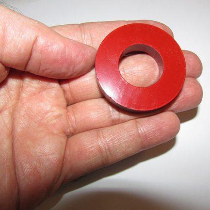 نمایی دیگر از آهنربای حلقه ای شکل با قطر 4.5 سانتیمتر و رنگ قرمز روشن