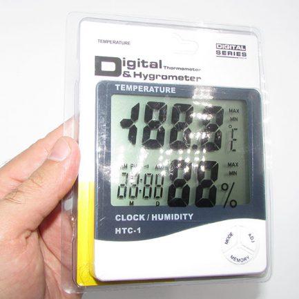نمای در دست گرفتن بسته بندی دماسنج دیجیتالی دارای رطوبت سنج و تقویم مدل HTC1